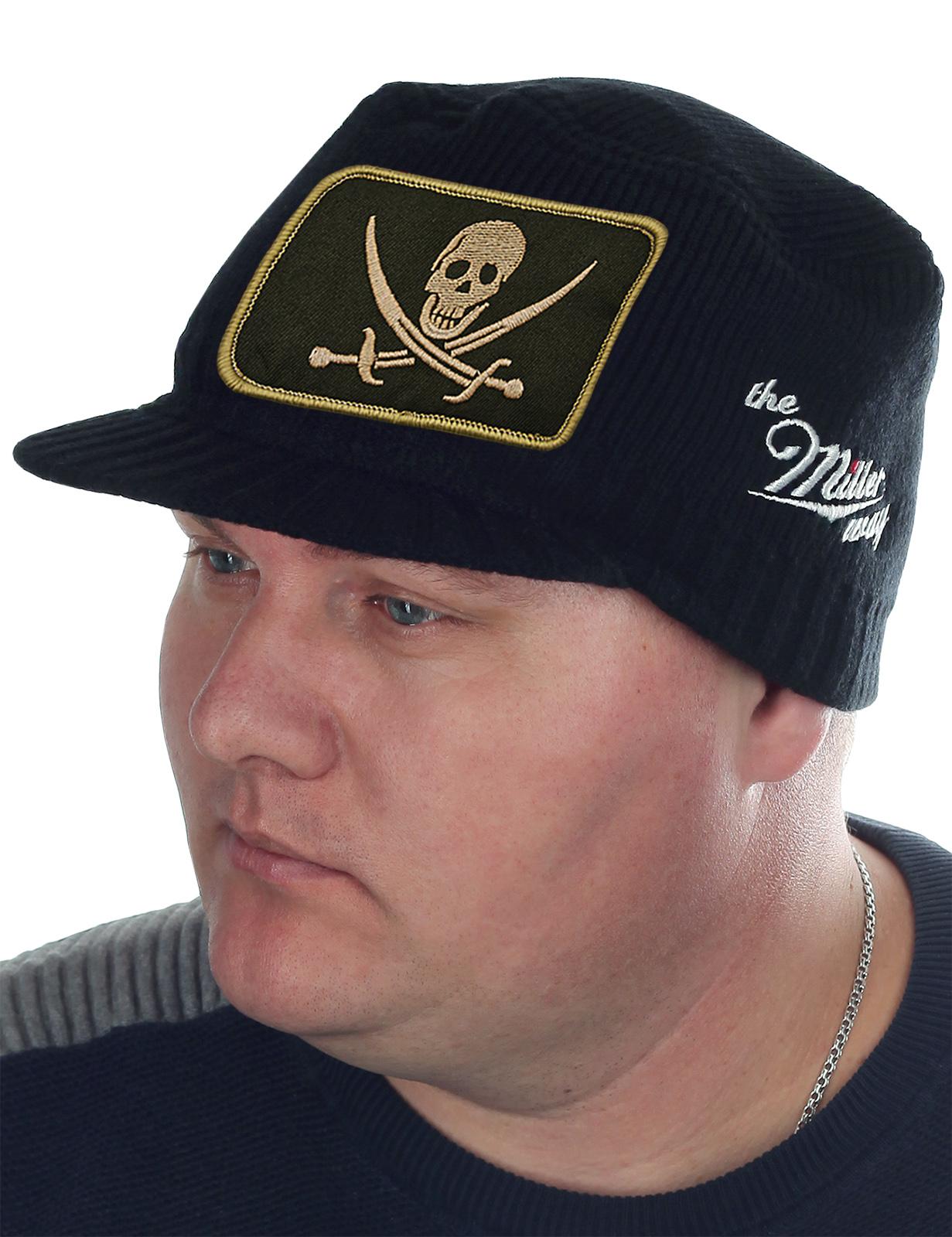 Эксклюзив для парней! Молодежная шапка-кепка Miller Way с Весёлым Роджером. Гладкая вязка правильной плотности создает комфортный микроклимат и в зимний мороз, и в осеннюю непогоду