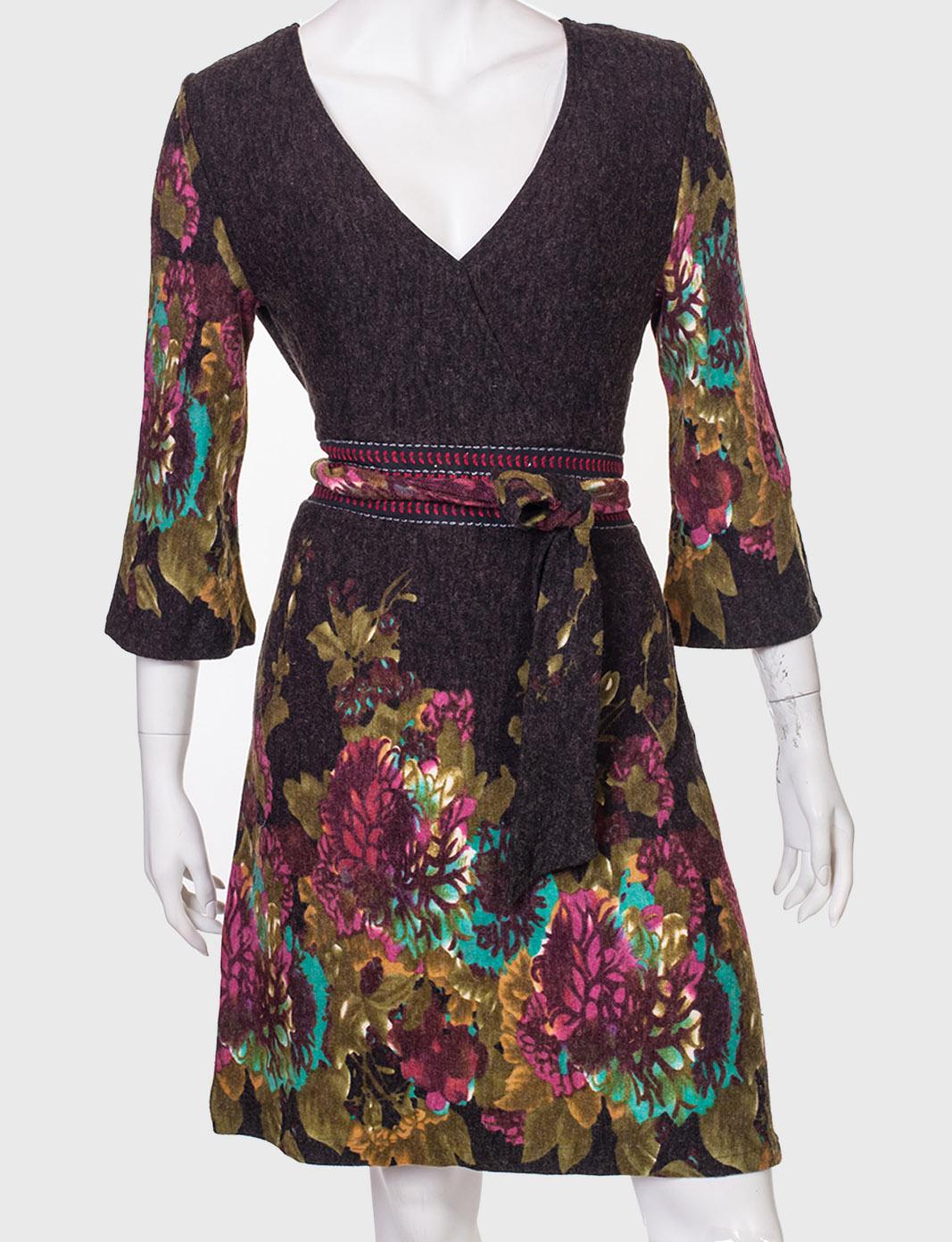 Элегантное приталенное платье с пояском.