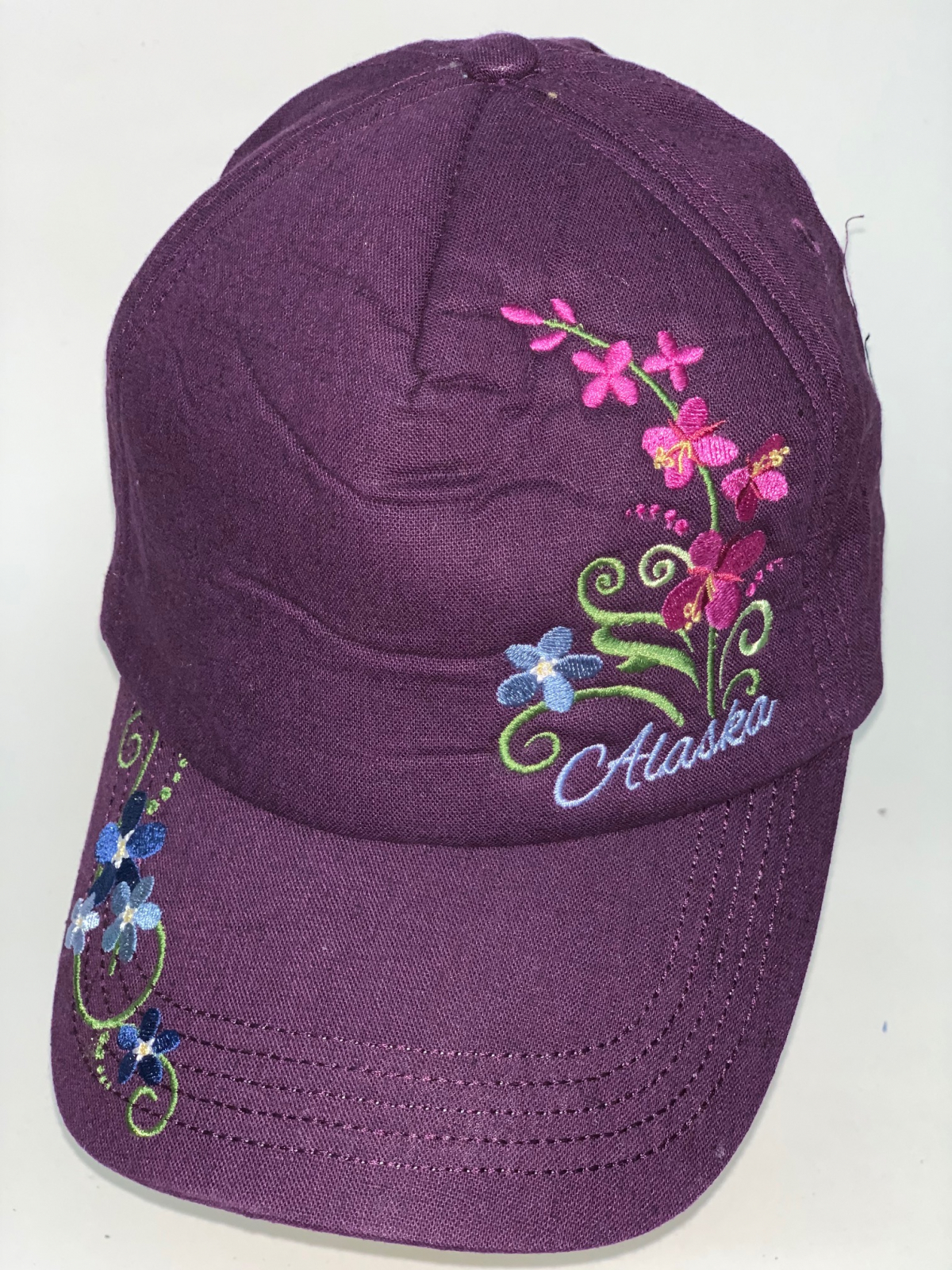 Фиолетовая бейсболка с цветочной вышивкой
