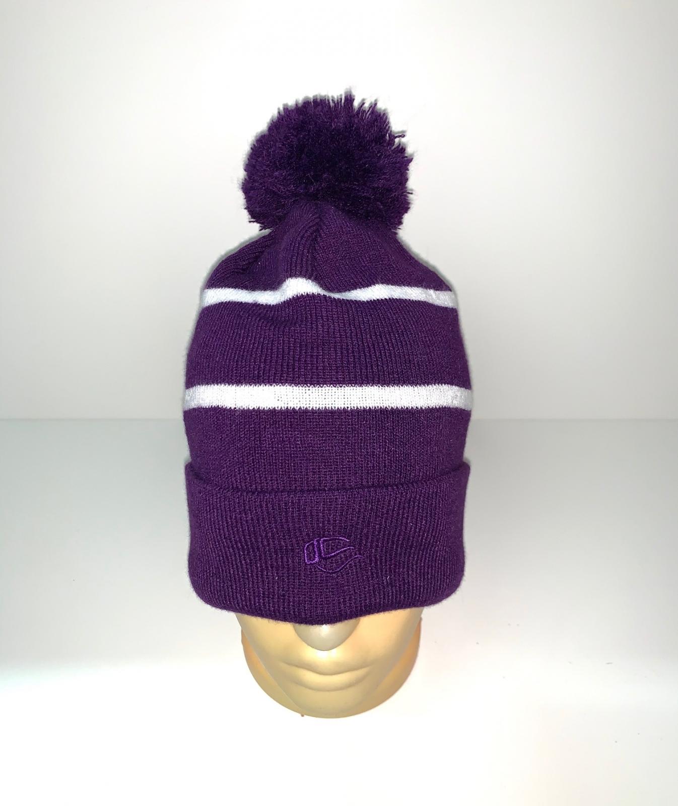 Фиолетовая шапка с помпоном