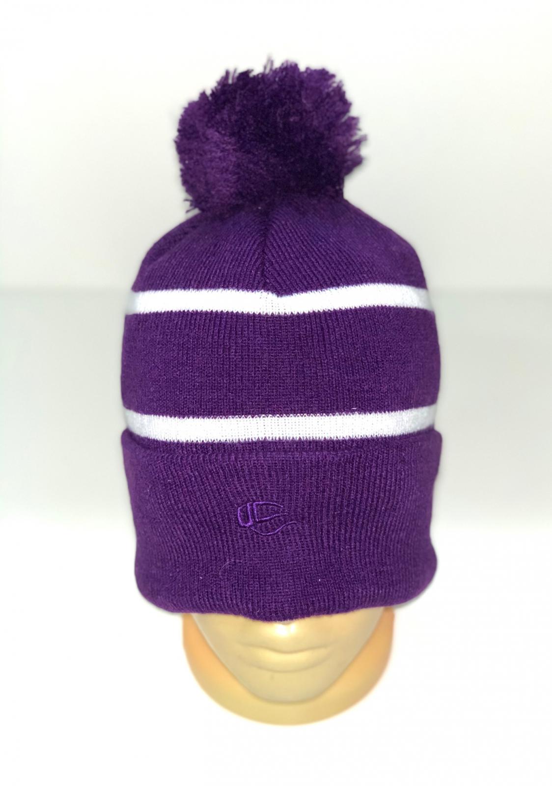 Фиолетовая шапка в полоску с помпоном