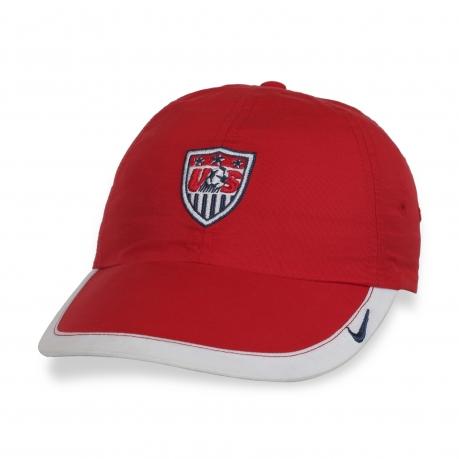 Фирменная кепка в ярком дизайне.