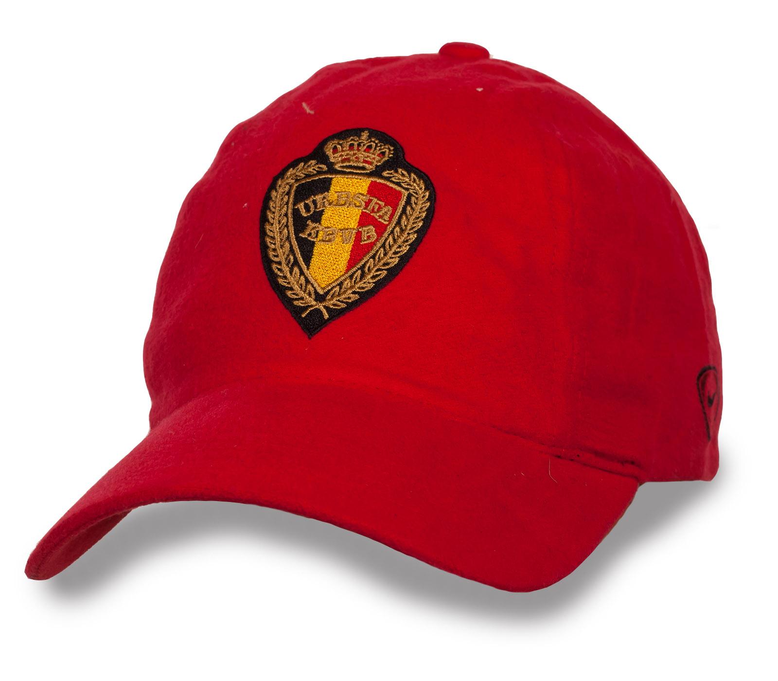 Фирменная красная кепка.