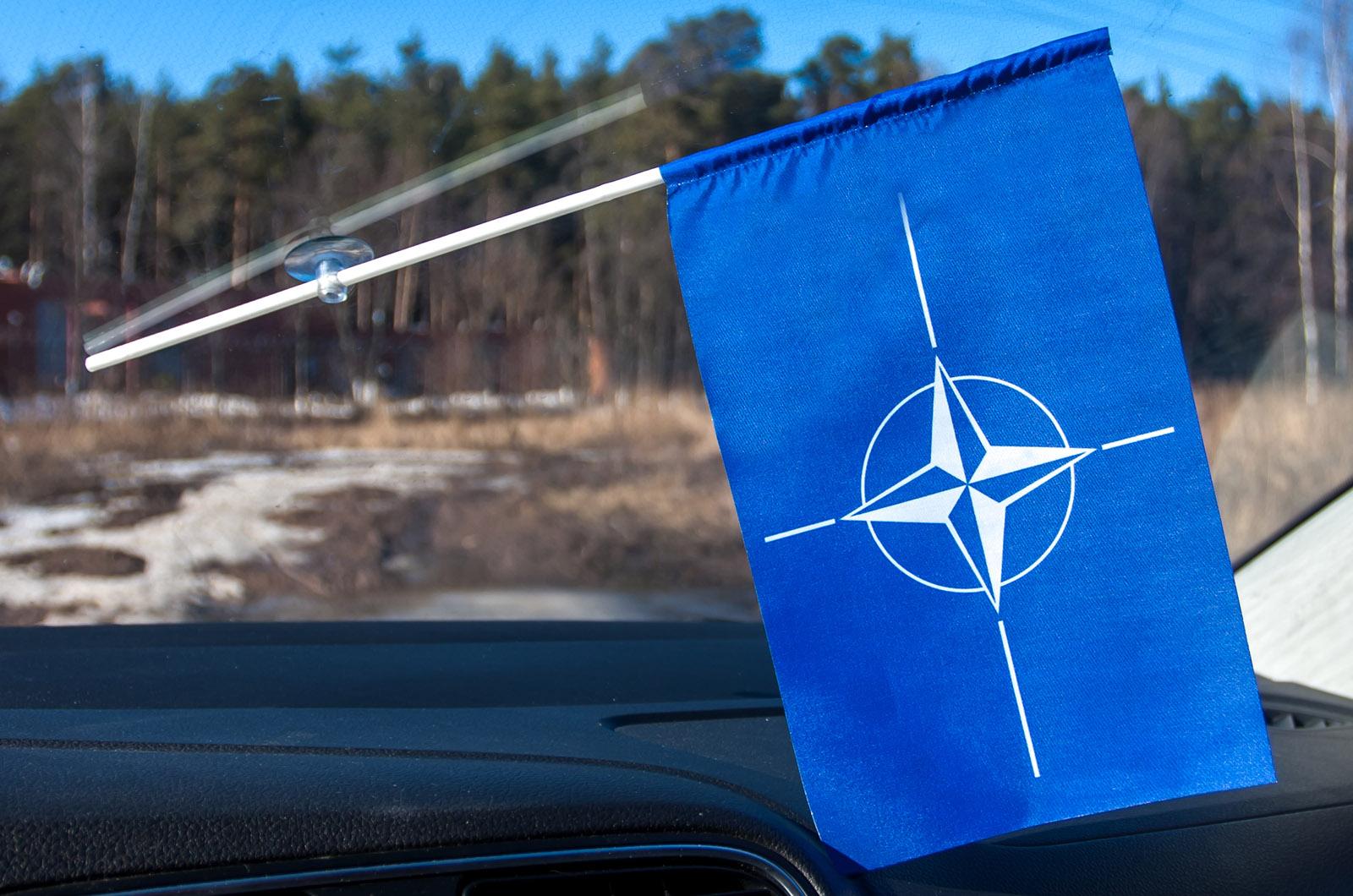 Флаг НАТО в машину