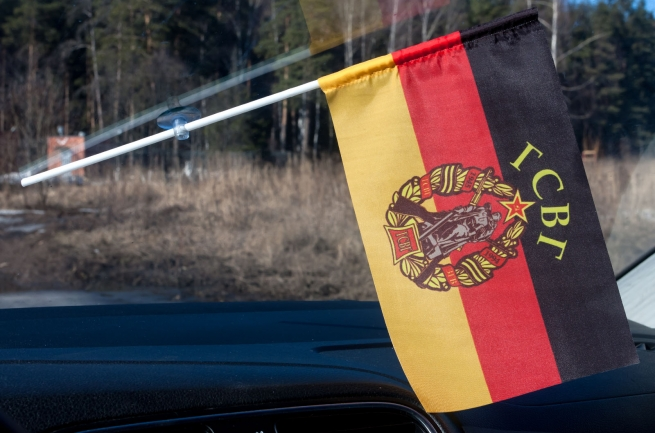 Флаг войск СССР в Германии в машину