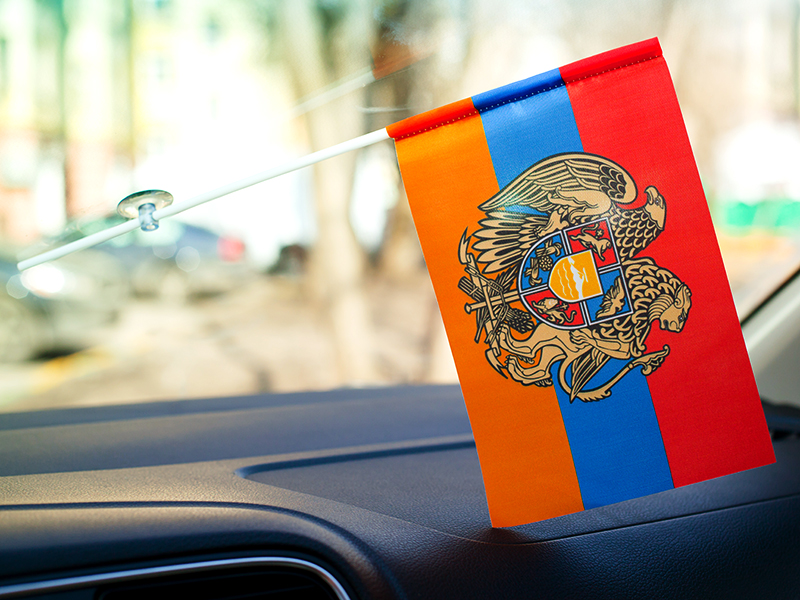 Красивый флажок на палочке с гербом Армении
