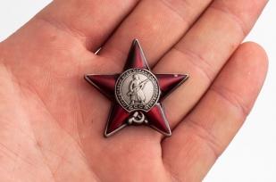 """Фрачный знак """"Орден Красной Звезды"""" - вид на ладони"""