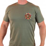 Мужская футболка, декорированная стилизованным афганским орденом.