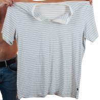 Мужская белая футболка в мелкую полоску.