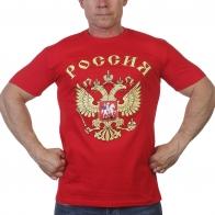 Красная футболка с гербом России.