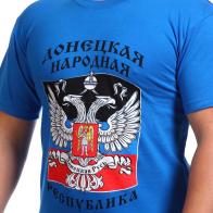 Футболка Герб ДНР на фоне флага Республики.