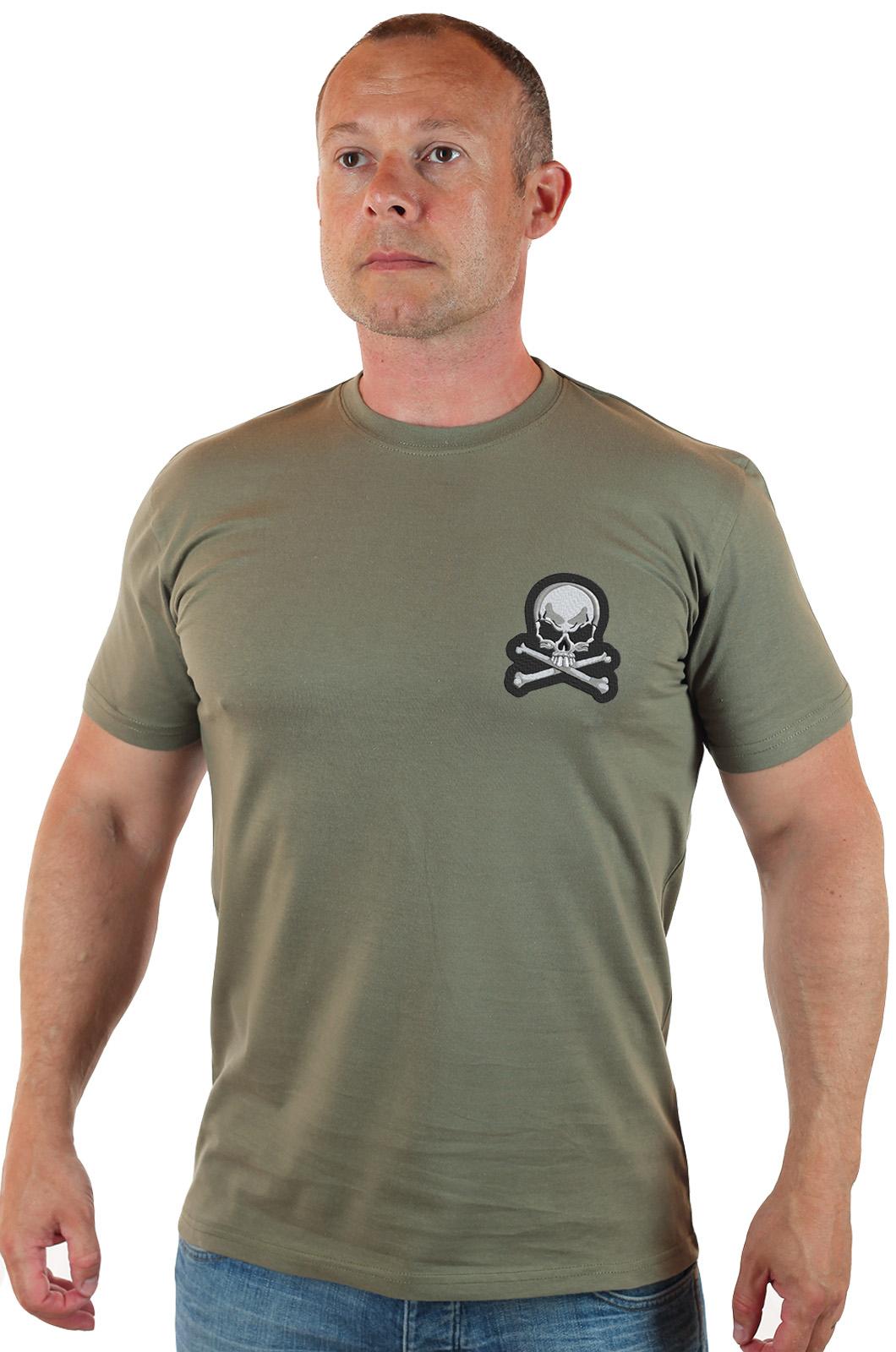 Недорогая мужская футболка с вышитым черепом