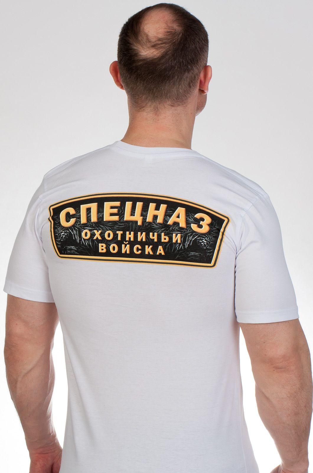 Белая футболка с медведем - вид сзади