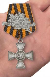 Георгиевский крест 4 степени (с лавровой ветвью) - вид на ладони