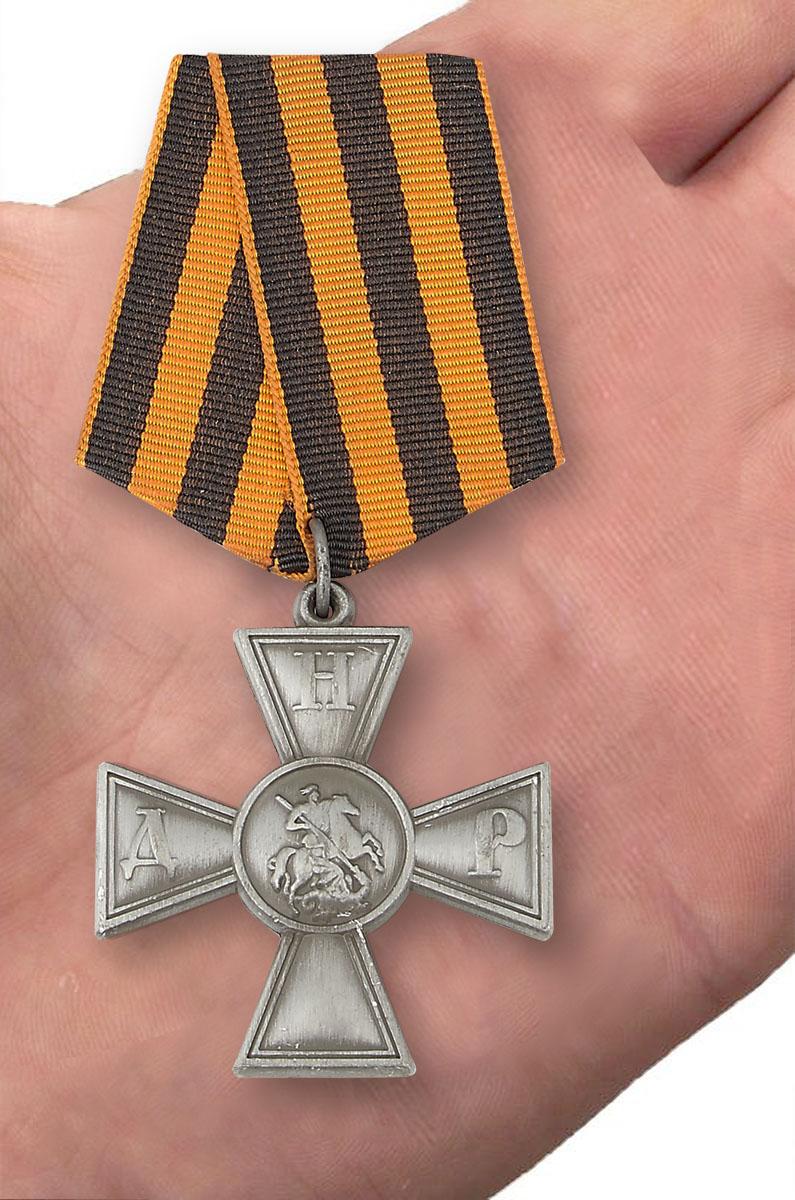 Георгиевский крест ДНР в футляре из флока бордового цвета - вид на ладони
