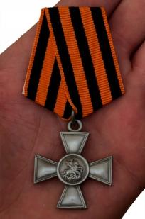 Георгиевский крест III степени - вид на ладони