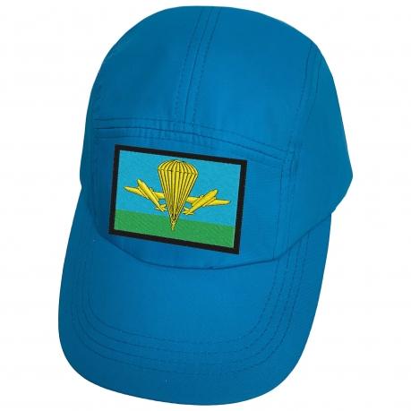 Голубая кепка с нашивкой эмблемы ВДВ