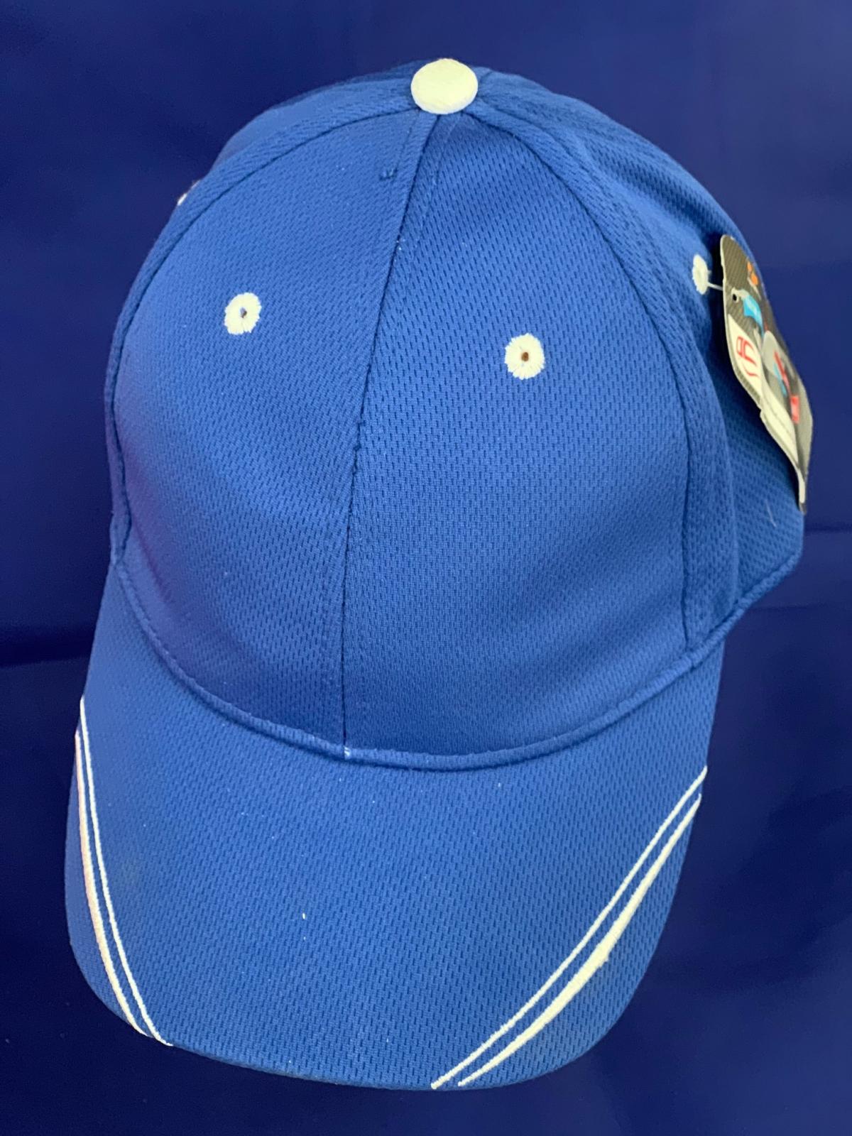 Голубая перфорированная бейсболка с белыми полосками на козырьке