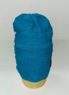 Голубая вязаная шапка с черной нашивкой