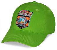 Идеальное решение для участников парада – зеленая бейсболка из хлопка с принтом Победа на георгиевской ленте. Высокое качество по выгодной цене. Покупай не переплачивая!