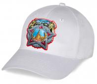 Интересный подарок к дню Победы для коллег, друзей и близких – хлопковая белая кепка с патриотическим принтом. Самое время купить 9 Мая уже близко!