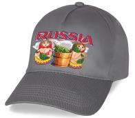 Истинно русский сувенир – хлопковая бейсболка с веселым колоритным принтом Russia «Матрешки в бане». Высокое качество по минимальной цене от Военпро