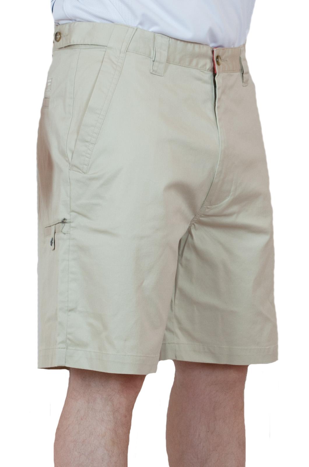 Стильные светлые мужские шорты - вид сбоку