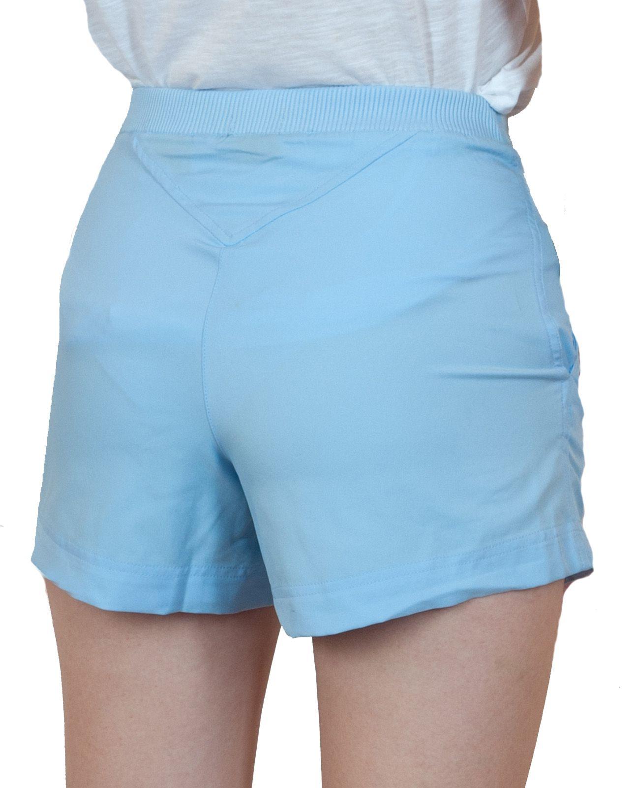 Светло-голубые шорты для девушки - вид сзади