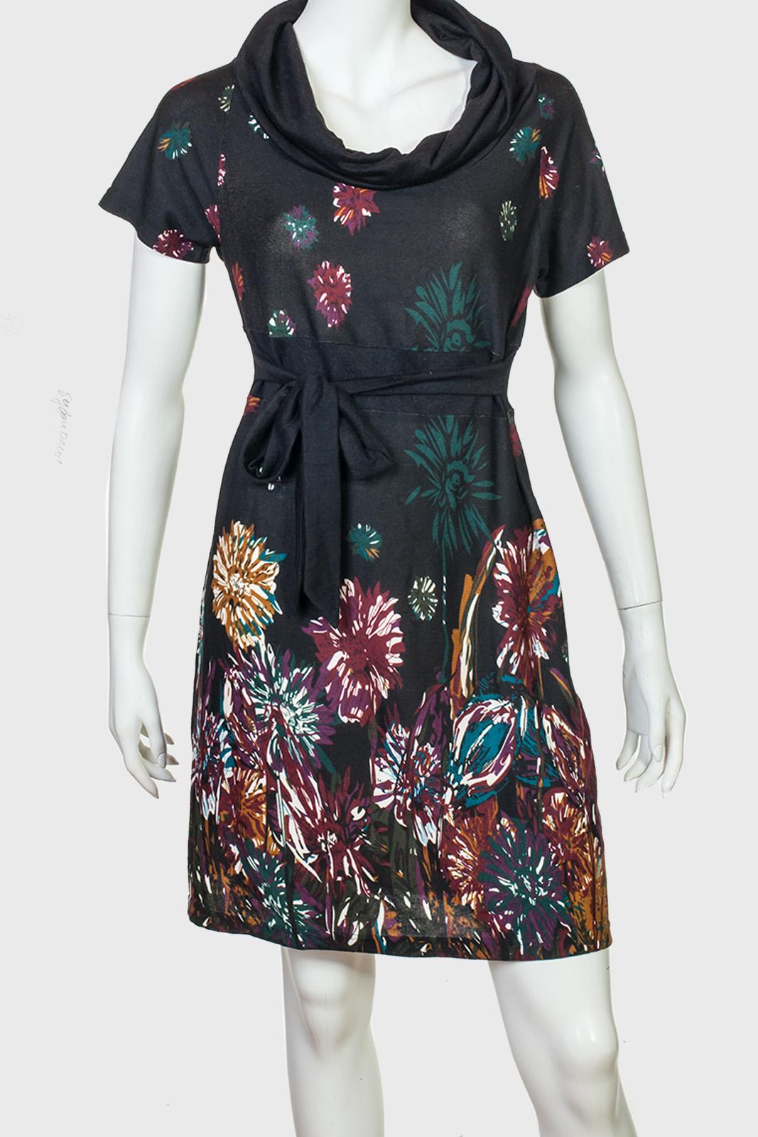 Изящное черное платье с ярким принтом