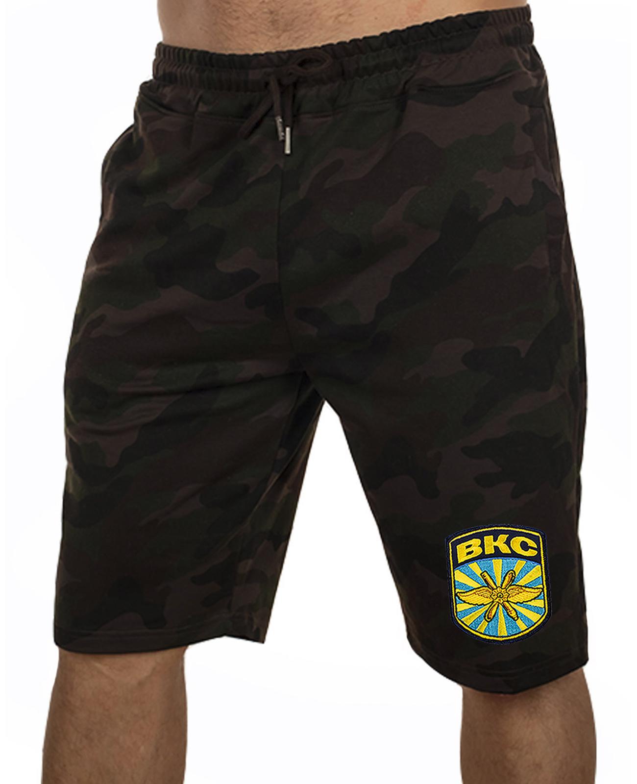 Купить камуфлированные милитари-шорты с карманами и нашивкой ВКС по сниженной цене