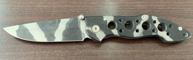 Камуфлированный складной нож с удобной рукояткой