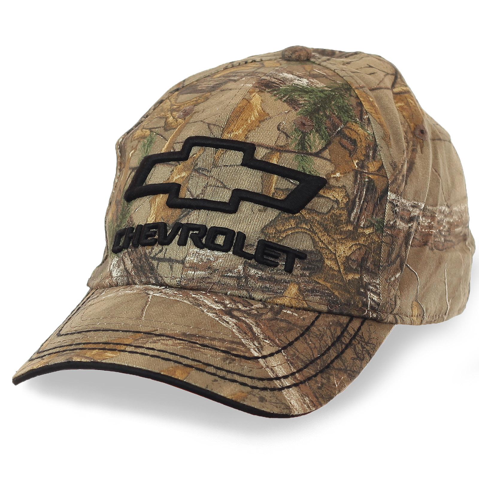 Камуфляжная бейсболка с логотипом Chevrolet. Модель 2 в 1: эффектный аксессуар и эффективная маскировка на охоте, рыбалке в турпоходе