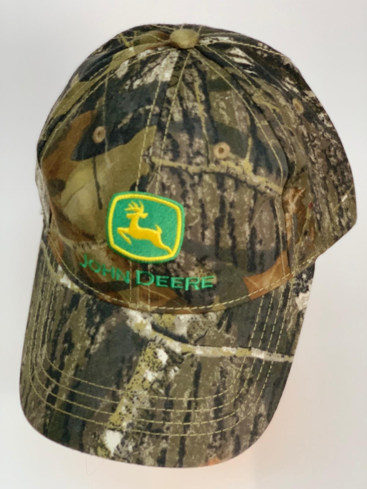Камуфляжная бейсболка John Deere с зеленой вышивкой