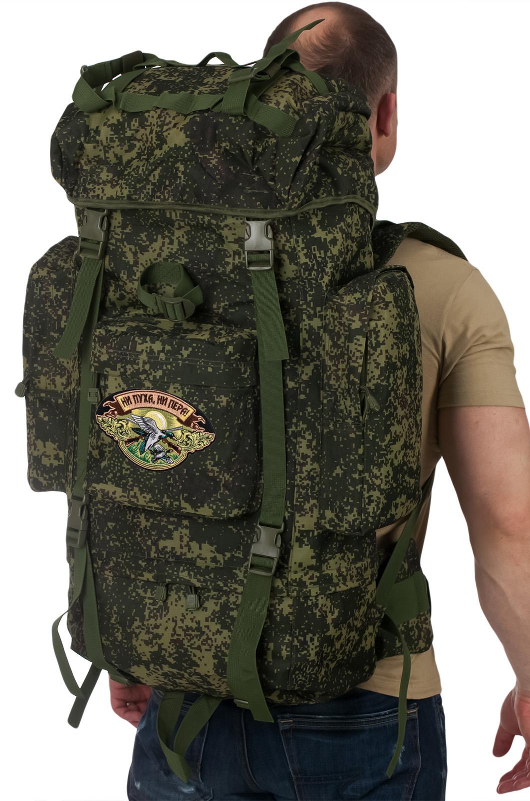Камуфляжный туристический рюкзак с нашивкой НИ ПУХА, НИ ПЕРА! - купить онлайн