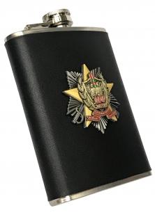 Карманная фляжка с юбилейным знаком Погранвойск (обтянутая кожей, металлический жетон) по выгодной цене