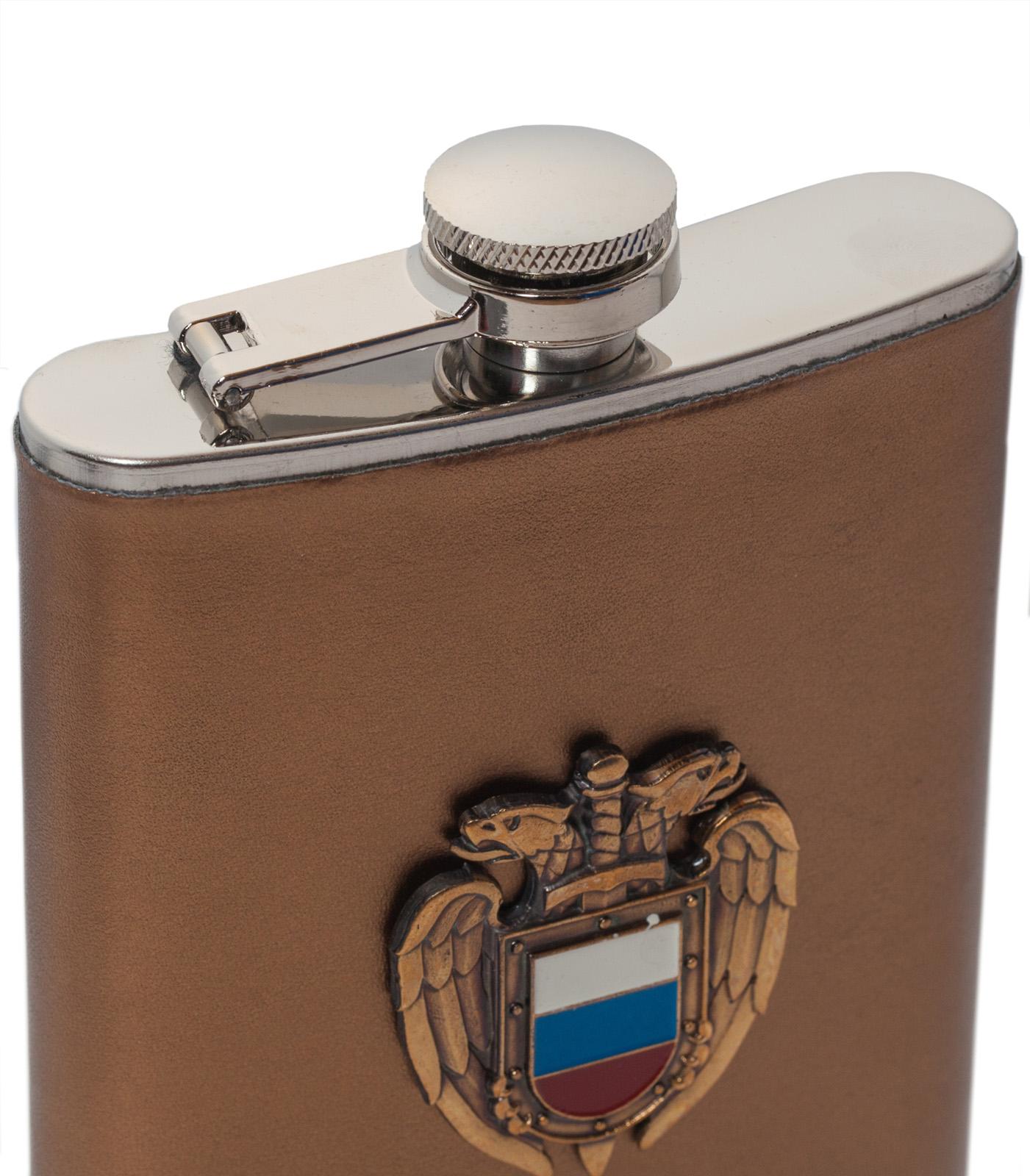 Карманная фляжка с жетоном ФСО России (обтянутая кожей) по выгодной цене