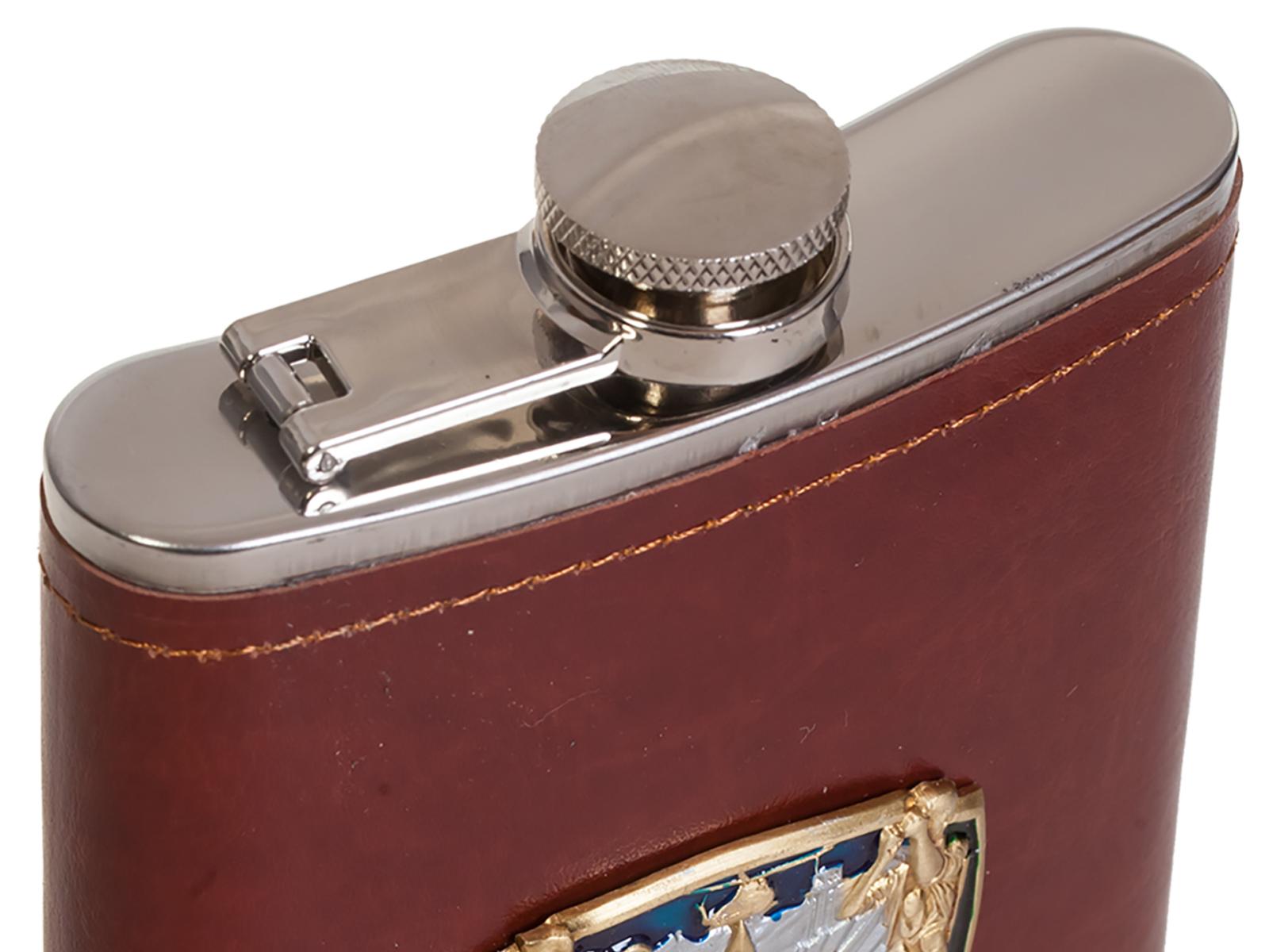 Карманная фляжка в кожаном чехле с накладкой 100 лет Погранвойскам - купить с доставкой