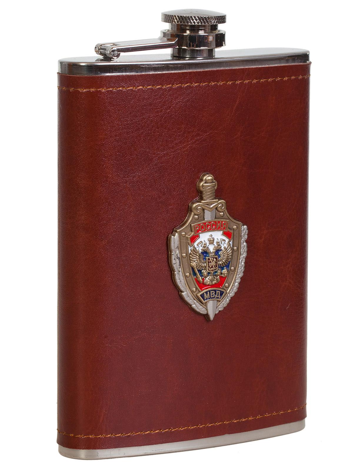 Купить карманную фляжку в кожаном чехле с накладкой МВД России в подарок мужу