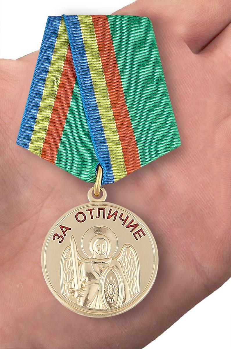 """Медаль """"За отличие"""" Архангела Михаила - вид на ладони"""
