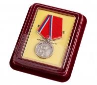 """Казачья медаль """"За заслуги"""" в нарядном футляре из флока бордового цвета"""