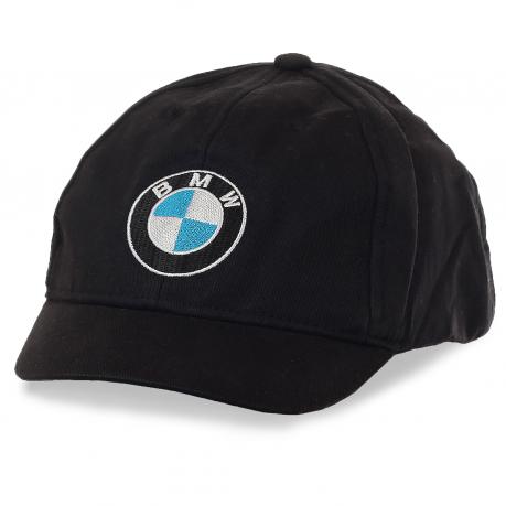 Кепка BMW с коротким козырьком, который можно поднять вверх. Популярный фасон среди автомобилистов и велосипедистов Москвы