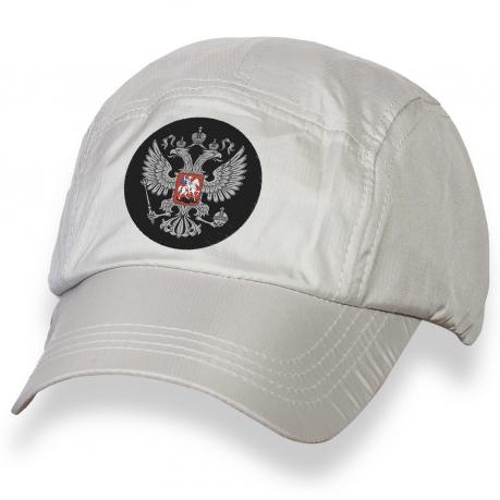 Белая кепка с вышитым гербом России.