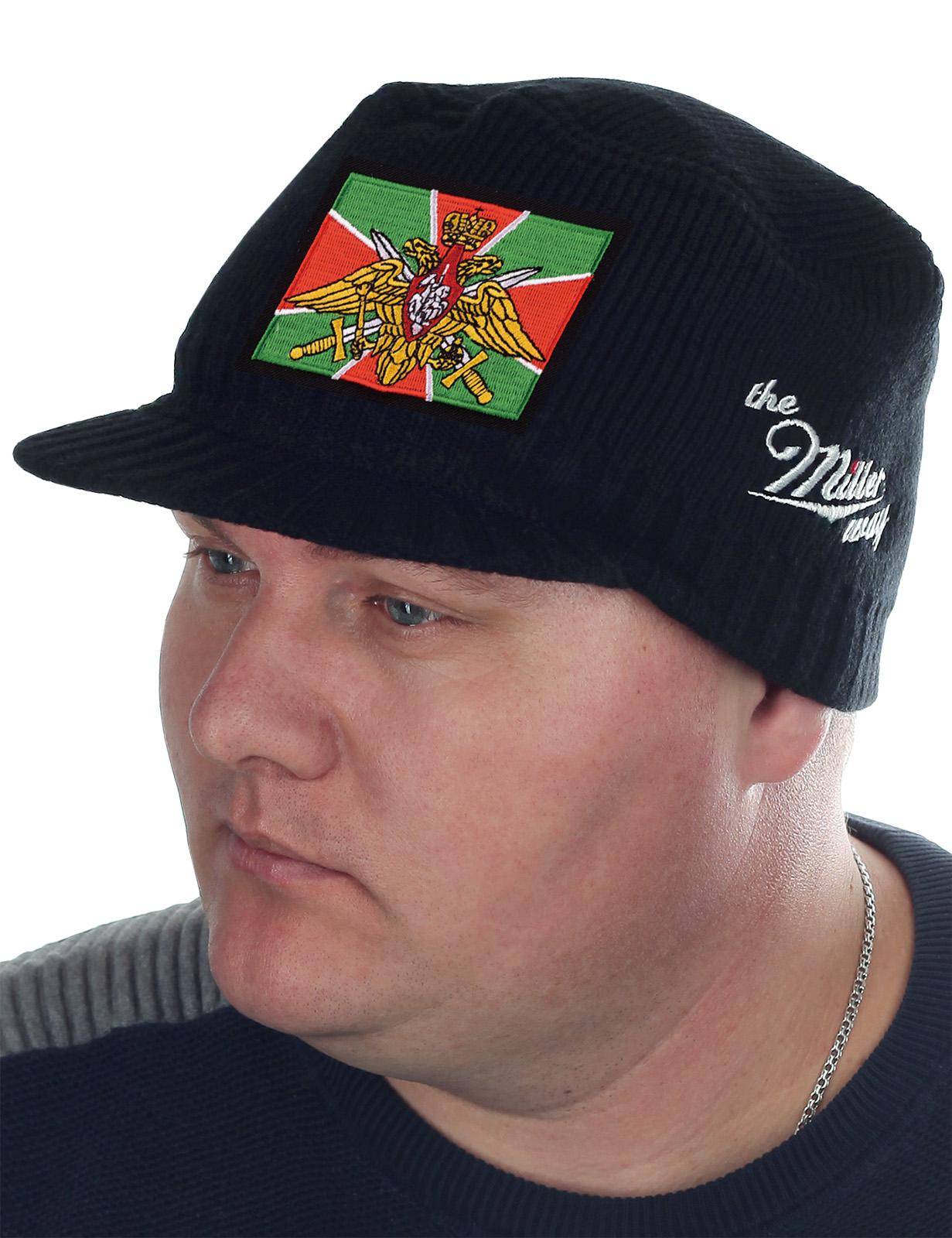 Мужская вязаная кепка Miller Way с флагом Пограничных войск. Недорогая, качественная и удобная шапка для сильных духом. Хорошо носится и гармонирует с любой верхней одеждой