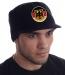 Вязаная кепка для парней и мужчин. Недорогая брендовая модель Miller Way с козырьком и гербом Германии на фоне флага Федеративной Республики. Без дешевого декора