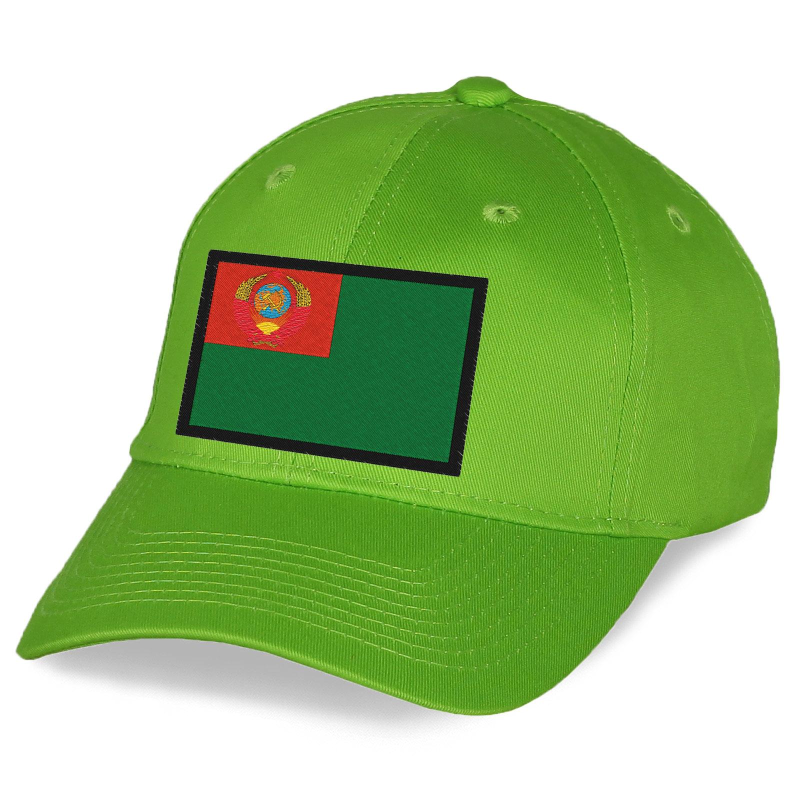 Кепка с вышитым советским пограничным флагом.