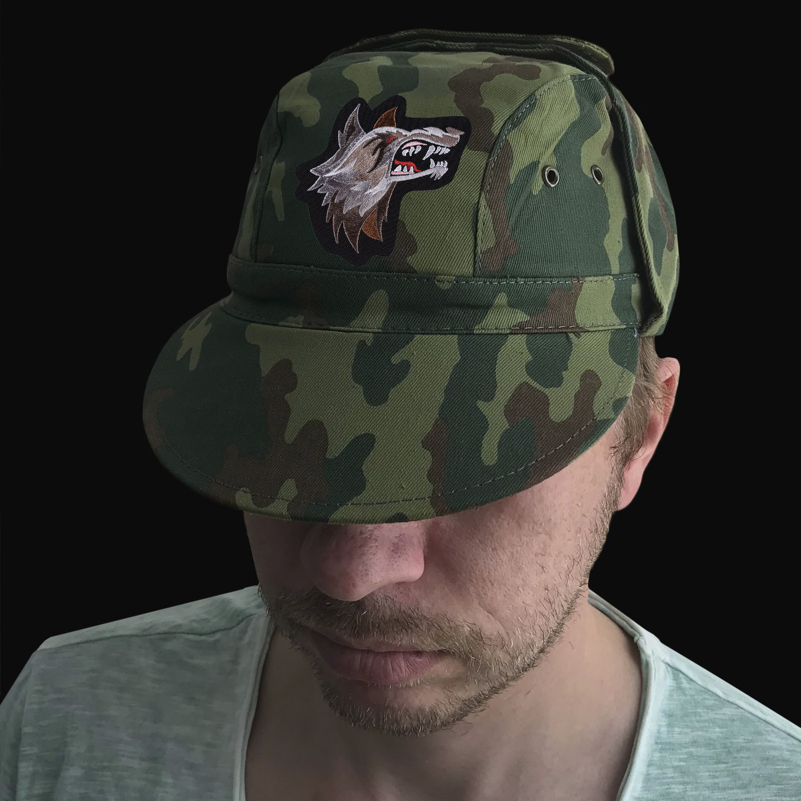 Армейская кепка с шевроном в виде оскалившегося волка
