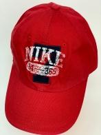 Кепка ярко-красного цвета с принтом на тулье
