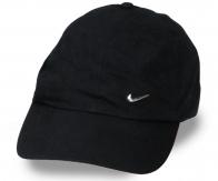Простая чёрная кепка. Удобно сидит на голове, хорошо носится, отлично держит форму – можно стирать и сушить. Гармонично смотрится с любым летним гардеробом