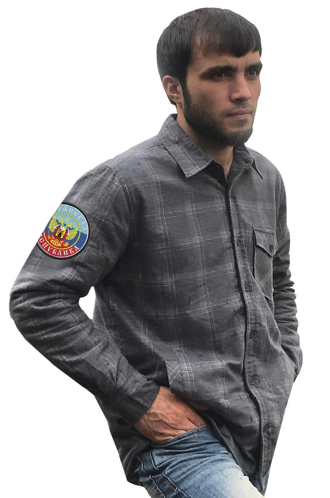 Классическая клетчатая рубашка с вышитым шевроном ЛНР