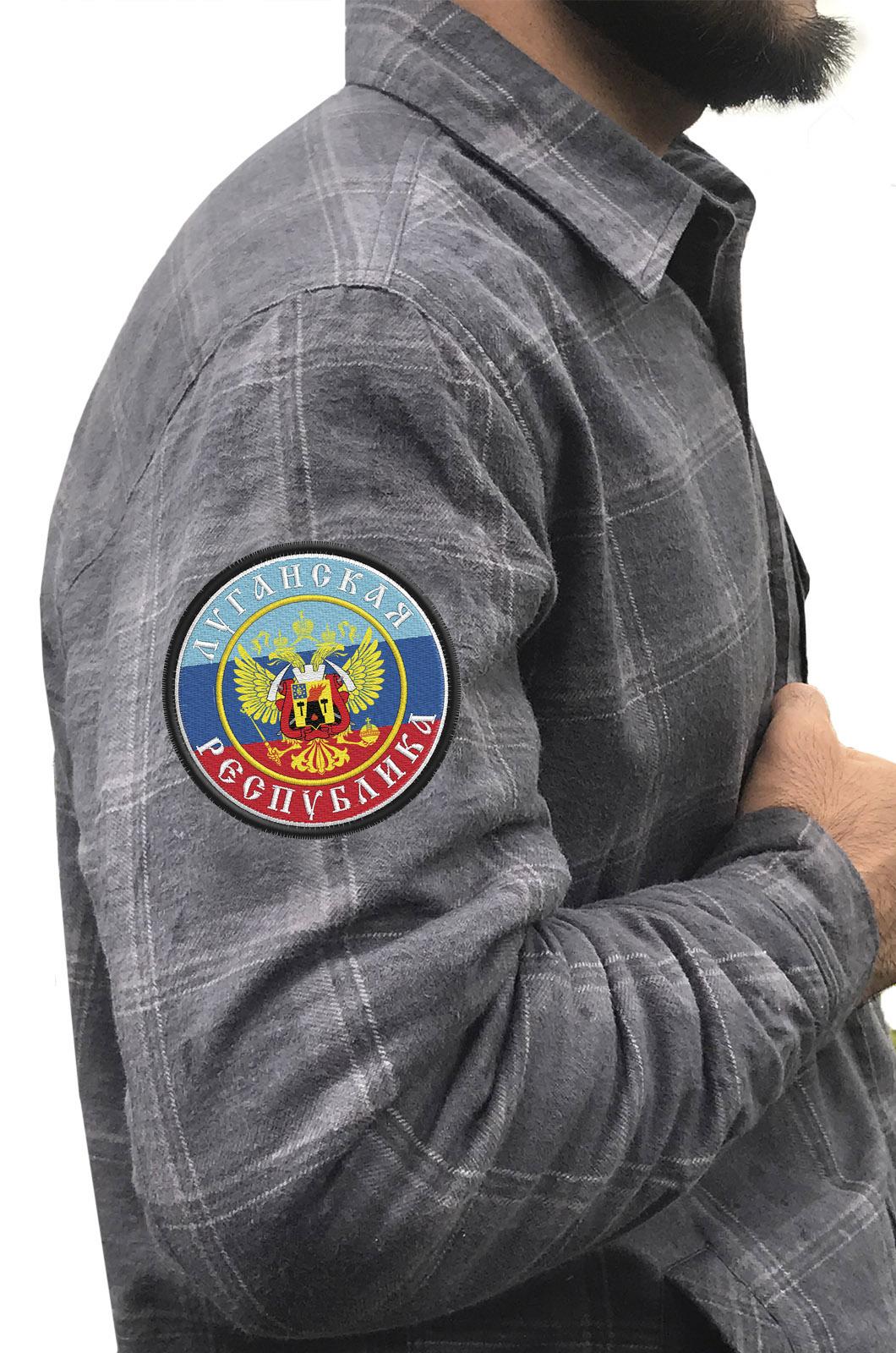 Классическая клетчатая рубашка с вышитым шевроном ЛНР - купить по низкой цене